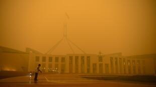 Ruas vazias em volta do Parlamento de Camberra, coberto pela fumaça provocada pelos incêndios.