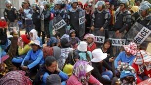 Des ouvrières de l'usine de textile Sabrina manifestent pour réclamer des augmentations de salaires, le 3 juin 2013 dans la province de Kampong Speu, au Cambodge.