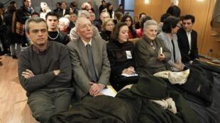Familiares das vítimas do regime de Augusto Pinochet presentes na Corte de Justiça em Paris.