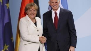 A chanceler alemã, Angela Merkel, cumprimenta o primeiro-ministro grego, Georges Papandreou, em Berlim