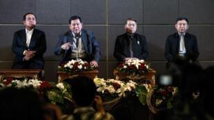 Tướng lĩnh Thái Lan trả lời họp báo, sau cuộc gặp lãnh đạo đối lập, 14/12/2013. Từ trái qua phải, Tư lệnh lục quân Prayuth Chan-o-cha, Tổng tư lệnh Thanasak Pratimaprakorn, Tư lệnh Hải quân Narong Pipatta và Tư lệnh Không quân Prachin Chantong.