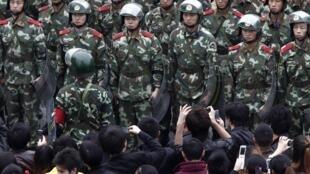 浙江湖州市吳興區織里鎮發生抗稅事件,當局出動大量警力維持秩序,2011年10月28日。