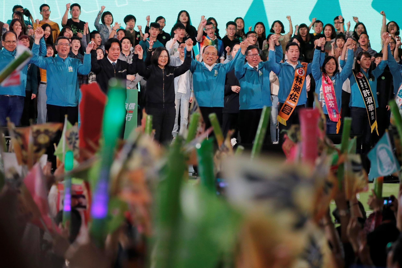 A presidente de Taiwan Tsai Ing-wen e o candidato a vice-presidente do Partido Democrático Progressista (DPP) William Lai no comício de campanha na reta final antes das eleições em Taipei, Taiwan. 10/01/2020.