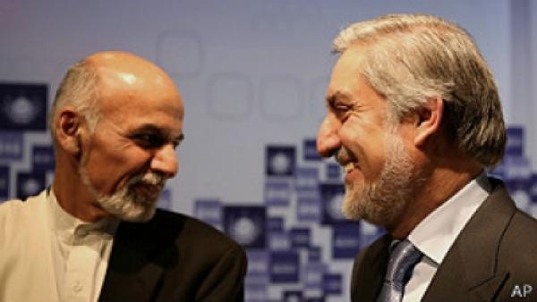 Ashraf Ghani (à esq.) e Abdullah Abdullah vão dividir o poder, encerrando a crise após a eleição presidencial no Afeganistão.