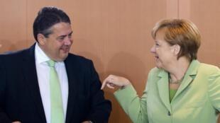 Le ministre allemand de l'Economie et président du parti social-démocrate, Sigmar Gabriel,  avec la Chancelière Angela Merkel, le 24 juin 2014.