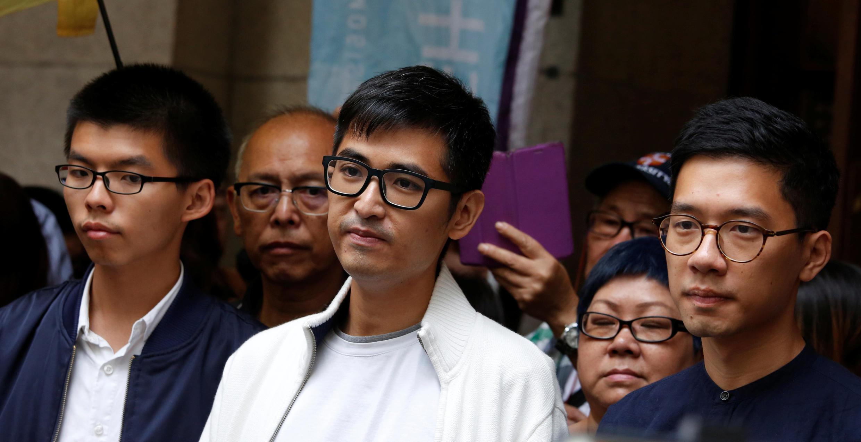 资料图片:占领运动学生领袖黄之锋,周永康和罗冠聪三人2017年11月7日在香港上诉法庭门外。
