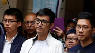 សកម្មជនដើម្បីប្រជាធិបតេយ្យ លោក Joshua Wong, Alex Chow និង Nathan Law ដើរចេញពីតុលាការឧទ្ធរណ៍លើកចុងក្រោយនៅហុងកុងថ្ងៃ ៧ វិច្ឆិកា ២០១៧