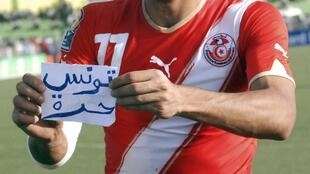 """Le Tunisien Slama Gasdaoui, buteur face à l'Algérie, affiche le message """"la Tunisie pays libre""""."""