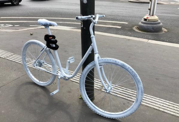 Una bicicleta 'fantasma' en memoria de una ciclista víctima de un accidente mortal cerca de la Asamblea nacional francesa en 2018.