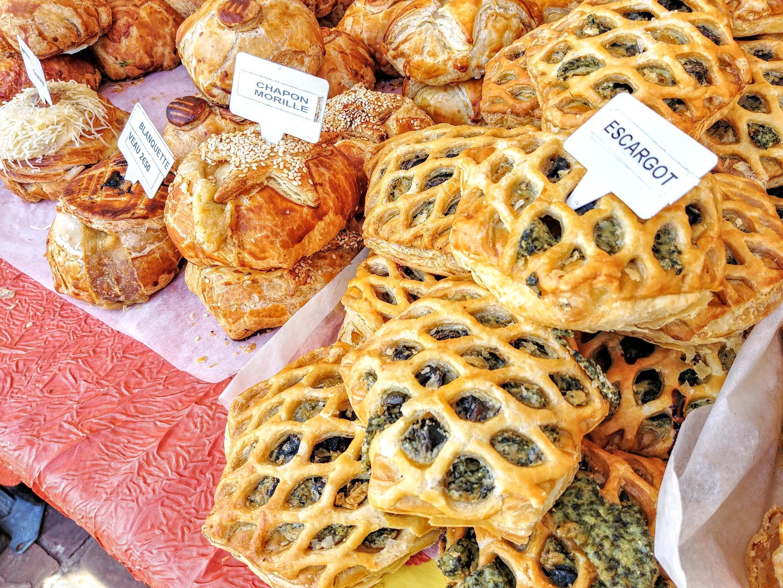 Escargot, món ngọt là bánh cuộn tròn có nhân nho khô, còn món mặn lại giống như pâté chaud