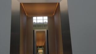 A Bienal dos Antiquários sob a abóbada de vidro do Grand Palais, no centro de Paris.