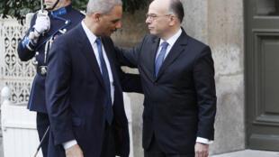 Le ministre français de l'Intérieur Bernard Cazeneuve et Eric Holder, ministre de la Justice des Etats-Unis, à Paris, le 11 janvier 2015.