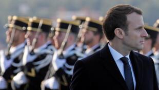 Emmanuel Macron passe en revue les troupes françaises juste avant d'adresser ses vœux aux forces armées, le 19 janvier 2018.