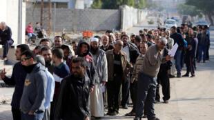 Des fonctionnaires gazaouis du Hamas font la queue pour obtenir leurs salaires, le 9 novembre 2018.