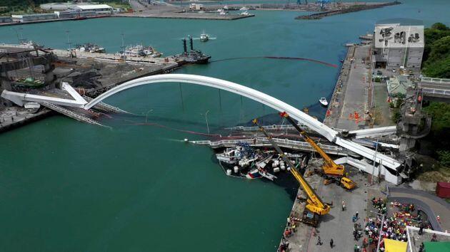 台湾宜兰南方澳跨港大桥坍塌  好几人受伤 5人失踪               2019年10月1日