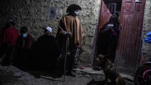 """Un grupo de campesinos que patrullan campos y caseríos en """"rondas campesinas"""" para dar seguridad a la población, en Chota, Cajamarca, Perú, el 2 de junio de 2021"""