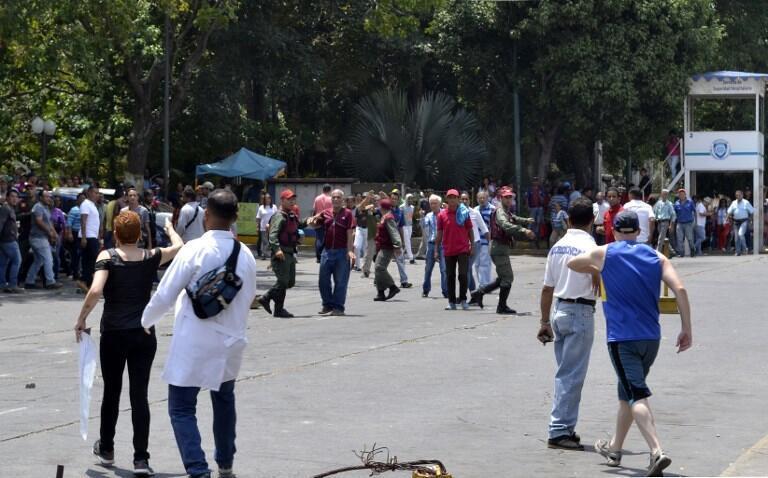 Lực lượng an ninh Venezuela can thiệp khi những người ủng hộ ông Maduro ném đá vào đối lập và nhân viên y tế của bệnh viện Barquisimeto hôm 17/03/2019.