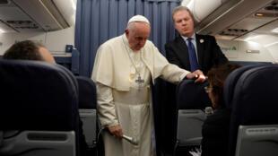 Giáo hoàng Phanxicô nói chuyện với nhà báo trên chuyến bay từ Dublin, Ireland,  trở về Roma, ngày 26/08/2018.