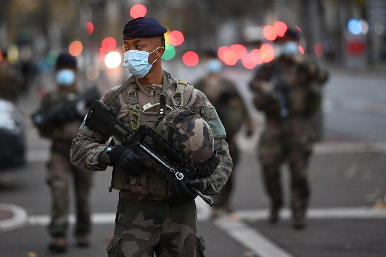 """Ảnh minh họa: Quân đôi Pháp tuần tra tại Marseille, miền Nam nước Pháp, ngày 03/11/2020 trong khuôn khổ chiến dịch Sentinelle nhằm bảo vệ những """"điểm"""" nhạy cảm chống lại các mưu toan khủng bố."""