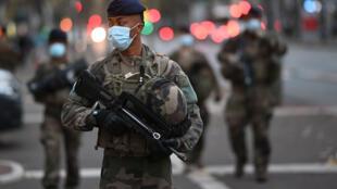 Des militaires français patrouillent dans le cadre d'un renforcement de l'opération Sentinelle, qui vise à protéger les «points» sensibles du terrorisme. Marseille, le 3 novembre 2020.