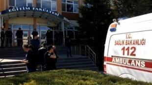Quatro pessoas morreram nesta quinta-feira(5) depois de um tiroteio em uma universidade de Eskisehir, oeste da Turquia.