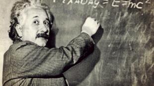 អាល់ប៊ែរ អាញ់ស្តាញ់ និងរូបមន្តស្តីពីទំនាក់ទំនង រវាងថាមពល និងម៉ាស់ (E=mc²)