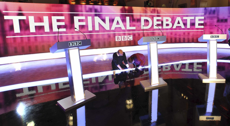 Le plateau de télévision de la BBC où se déroulera l'ultime débat entre les candidats aux législatives Gordon Brown, David Cameron et Nick Clegg.