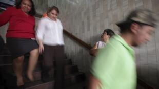 Pessoas correm para evacuar prédio da Suprema Corte da Guatemala. Um forte terremoto foi registrado nesta quarta na costa do país.