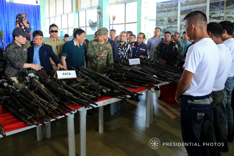 TT Philippines Duterte dẫn đầu một đoàn kiểm tra vũ khí giao nộp của các thành viên tổ chức Abu Sayyaf tại Jalisco, ngày 260/3/2018.
