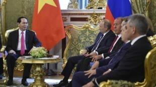 Chủ tịch Việt Nam Trần Đại Quang trao đổi với tổng thống Nga Putin tại điện Kremlin, ngày 29/06/2017.