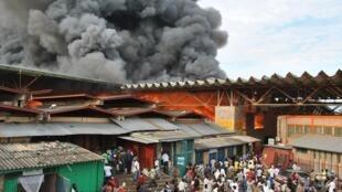 Vue du marché central de Bujumbura en feu.