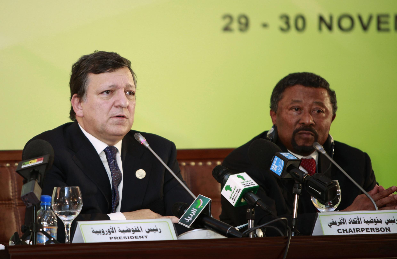 Le président de la Commission de l'Union européenne, José Manuel Barroso, avec le secrétaire général de l'Union africaine, Jean Ping, à Tripoli le 30 novembre 2010.