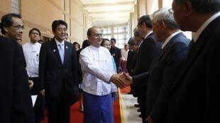 Tổng thống Miến Điện Thein Sein tiếp các doanh nhân Nhật Bản, qua giới thiệu của Thủ tướng Nhật Shinzo Abe, Naypyidaw, 26/05/2013.