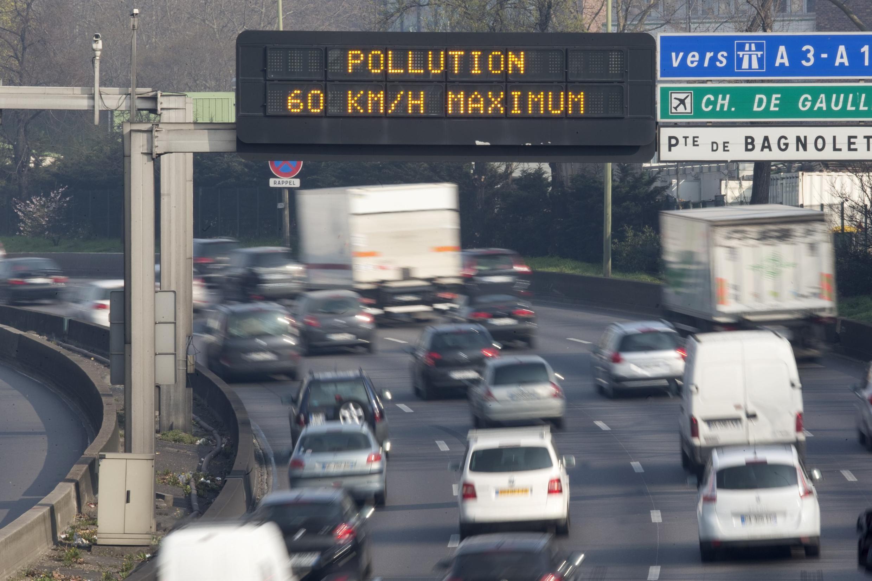 Табло с сообщением об ограничении скорости на парижской кольцевой, 15 марта 2014.