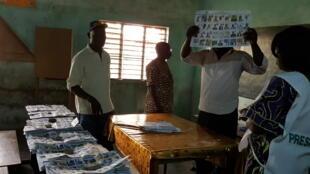 Début du dépouillement dans un bureau de vote de Cotonou, après le premier tour de la présidentielle au Bénin, le 6 mars 2016.