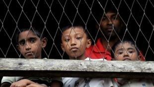 Des enfants rohingyas enfermés dans un camp après les violences en juin 2012.