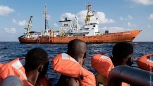 """O navio """"Aquarius"""", fretado pelas organizações SOS Mediterrâneo e Médicos Sem Fronteiras, presta socorro a imigrantes que tentam chegar à Itália."""