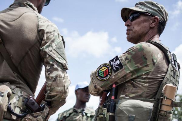 Un membre de l'unité de protection rapprochée du président de la République centrafricaine, Faustin-Archange Touadéra, composée d'agents de l'entreprise de sécurité privée russe Sewa Security, est vu à Berengo le 4 août 2018.