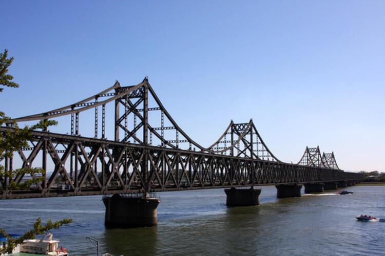 中朝友誼橋,橋在,友誼名存實亡。