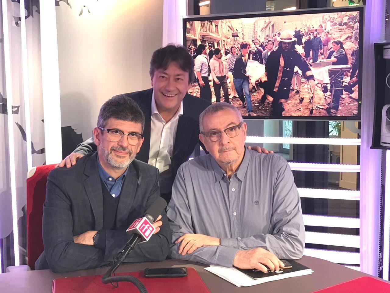 Julio Menajovsky y Elio Kapszuk con Jordi batalle en el estudio 51 de RFI