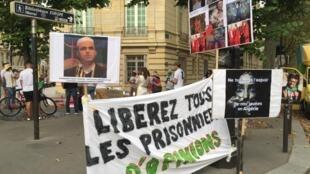 L'appel à la libération du journaliste algérien Khaled Drareni devant l'ambassade d'Algérie, à Paris, ce mercredi 12 août 2020.