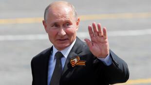 Le président russe Vladimir lors du défilé sur la Place Rouge, à l'occasion du 75e anniversaire marquant la victoire de la Russie sur l'Allemagne nazie célébré le 24 juin en raison du covid-19.