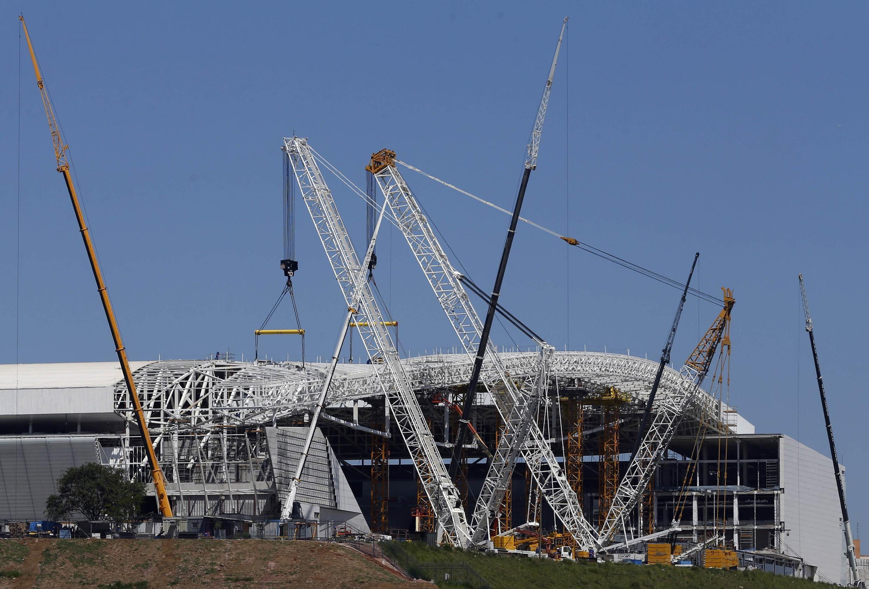 Sân Sao Paulo đón trận khai mạc Cúp thế giới, đến giữa tháng Ba 2014 vẫn còn là một công trường xây dựng ngổn ngang.