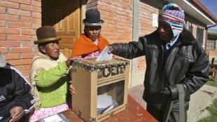 De nouvelles élections générales auront lieu en mai prochain à l'initiative de la présidente autoproclamée et candidate, Jeanine Añez (photo : présidentielle du 12 octobre 2019).