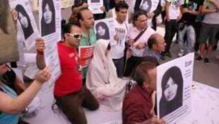 Manifestantes seguram cartazes com a foto de Sakineh Mohammadi Ashtiani, condenada à morte por apedrejamento.