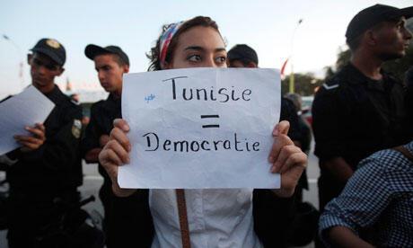 Contexte économioque morose et toujours pas de Constitution pour la Tunisie. Ici un manifestant brandit un pancarte «Tunisie=démocratie».
