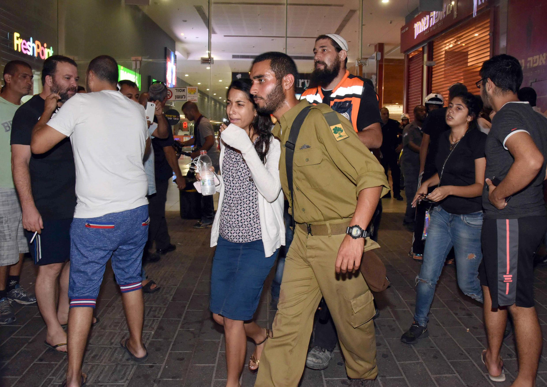Um soldado israelita foi morto e uma dezena de pessoas ficaram feridas num ataque em Beersheba