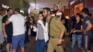 Un homme, armé d'un pistolet et d'un couteau, a ouvert le feu dimanche 18 octobre 2015 dans la gare routière de Beersheva dans le sud d'Israël.
