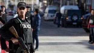Un policía egipcio en Hurghada, enero de 2016. La policía egipcia ha sufrido el ataque más sangriento desde 1981.