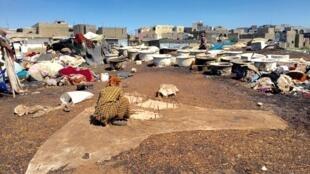 Les peaux de moutons récupérées sont traitées et tannées par des collectifs de femmes, à Guediawaye au Sénégal, le 19 septembre 2016.